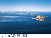 Aerial view of the Öresund Bridge with Drogdentunnel, transport connection between Copenhagen in Denmark and Malmö in Sweden. Стоковое фото, фотограф Johannes Heuckeroth / age Fotostock / Фотобанк Лори