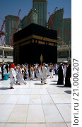 Купить «Picture of the Kaaba and a group of pilgrims they walk around to perform Hajj or Umrah, and all Muslims follow its, Located in Mecca in Saudi Arabia.», фото № 21000207, снято 2 июня 2015 г. (c) age Fotostock / Фотобанк Лори