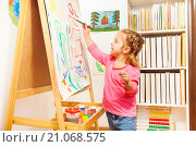 Купить «Девочка рисует пейзаж», фото № 21068575, снято 13 декабря 2015 г. (c) Сергей Новиков / Фотобанк Лори
