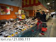 """Купить «Прилавок со свежей рыбой в гипермаркете """"Магнит""""», фото № 21090111, снято 24 января 2016 г. (c) Ольга Алексеенко / Фотобанк Лори"""