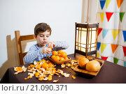 Купить «Четырехлетний мальчик ест мандарины», фото № 21090371, снято 20 декабря 2015 г. (c) Ирина Мойсеева / Фотобанк Лори