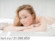 Купить «Привлекательная девушка в постели», фото № 21090859, снято 7 ноября 2014 г. (c) Виктор Водолазький / Фотобанк Лори