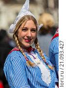 Купить «Young woman in traditonal costume at the famous cheese market in Alkmaar, The Netherlands, Europe», фото № 21093427, снято 24 апреля 2015 г. (c) age Fotostock / Фотобанк Лори
