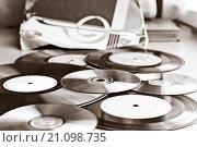Старые виниловые пластинки и CD. Чёрно-белое изображение. Стоковое фото, фотограф Александр Замоткин / Фотобанк Лори