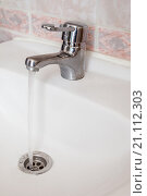 Кран из которого течет вода. Стоковое фото, фотограф Ирина Столярова / Фотобанк Лори