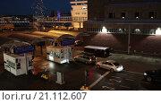 Купить «Автомобили стоят в очереди у пропускного пункта на посадку на паром в порту города Хельсинки, Финляндия», видеоролик № 21112607, снято 24 января 2016 г. (c) Кекяляйнен Андрей / Фотобанк Лори