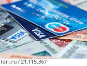 Пластиковые карты лежат на пятитысячных и тысячных деньгах крупным планом (2016 год). Редакционное фото, фотограф Игорь Низов / Фотобанк Лори