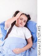 Купить «Плохое самочувствие, у девочки болит голова и высокая температура», фото № 21121415, снято 25 января 2016 г. (c) Emelinna / Фотобанк Лори