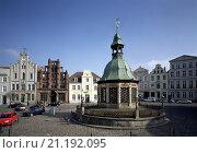 Купить «Wismar, Markt mit Wasserkunst/Jugensdstilhaus, Alter Schwede und Reuterhaus», фото № 21192095, снято 26 марта 2019 г. (c) age Fotostock / Фотобанк Лори