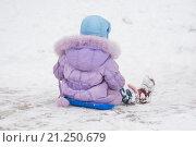 Купить «Вид со спины на девочку катающуюся с горки», фото № 21250679, снято 22 января 2016 г. (c) Иванов Алексей / Фотобанк Лори