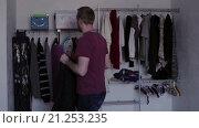 Купить «Мужчина надевает свитер», видеоролик № 21253235, снято 22 января 2016 г. (c) Валентин Беспалов / Фотобанк Лори