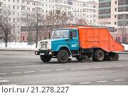 Купить «Подметально-уборочная машина ЗиЛ подметает дорогу», эксклюзивное фото № 21278227, снято 3 марта 2012 г. (c) Алёшина Оксана / Фотобанк Лори