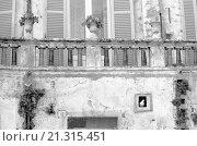 Купить «Balcony of a building in Matera. Matera, 1978», фото № 21315451, снято 20 февраля 2019 г. (c) age Fotostock / Фотобанк Лори