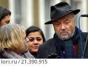 George Galloway (former Respect Party MP and 2016 London Mayor candidate) with Lindsey German (Stop the War chair) waiting to speak to the crowd at the... (2015 год). Редакционное фото, фотограф Phil Robinson / age Fotostock / Фотобанк Лори