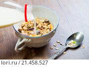 Здоровый завтрак с мюсли и молоком. Стоковое фото, фотограф Павел С. / Фотобанк Лори