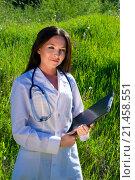 Девушка доктор в белом халате стоит на траве. Стоковое фото, фотограф Павел С. / Фотобанк Лори
