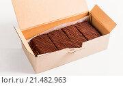 Торт Наполеон в картонной коробке. Стоковое фото, фотограф Riasna Yuliia / Фотобанк Лори