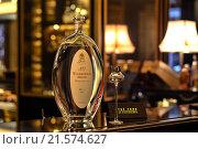 Бутылка водки на столе с рюмкой (2016 год). Редакционное фото, фотограф Алёна / Фотобанк Лори