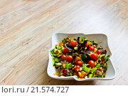 Салат из свежих овощей в керамической миске. Стоковое фото, фотограф Александр Замоткин / Фотобанк Лори