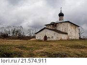 Пейзаж со старой церковью Косьмы и Дамиана с Гремячей горы в Пскове (2014 год). Стоковое фото, фотограф Дарья Серебрякова / Фотобанк Лори