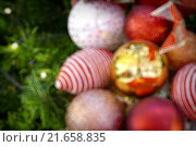 Купить «Gold Christmas background of de-focused lights with decorated tree», фото № 21658835, снято 18 марта 2019 г. (c) PantherMedia / Фотобанк Лори