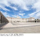 Королевский дворец и туристы на Оружейной Площади, Мадрид (2015 год). Редакционное фото, фотограф Ekaterina Andreeva / Фотобанк Лори