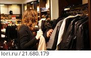 Купить «Женщина выбирает пальто», видеоролик № 21680179, снято 15 ноября 2019 г. (c) Павел Котельников / Фотобанк Лори