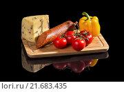 Овощи, сыр и колбаса на черном фоне. Стоковое фото, фотограф Эдуард Пиолий / Фотобанк Лори
