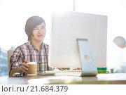 Smiling hipster businessman using computer. Стоковое фото, агентство Wavebreak Media / Фотобанк Лори