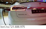Купить «Автомобиль Tesla Model S. Вид сзади. Электрический седан, цвет белая звезда», видеоролик № 21688975, снято 1 февраля 2016 г. (c) Кекяляйнен Андрей / Фотобанк Лори