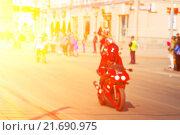 Купить «Мотоциклист на городской улице, нерезкий фон», фото № 21690975, снято 2 мая 2015 г. (c) Сергей Лабутин / Фотобанк Лори