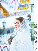 Купить «Красивая девушка в белом пуховом платке», фото № 21691195, снято 23 января 2016 г. (c) Оксана Дорохина / Фотобанк Лори