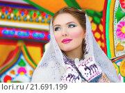 Купить «Красивая девушка в белом пуховом платке», фото № 21691199, снято 23 января 2016 г. (c) Оксана Дорохина / Фотобанк Лори