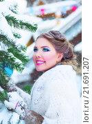 Красивая девушка в белом платке рядом с заснеженной елкой. Стоковое фото, фотограф Оксана Дорохина / Фотобанк Лори