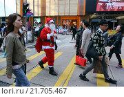 Hong Kong, China, Santa Claus about crossing a busy street (2013 год). Редакционное фото, агентство Caro Photoagency / Фотобанк Лори