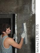 Молодой мужчина штукатурит стену в новой квартире. Стоковое фото, фотограф Акиньшин Владимир / Фотобанк Лори