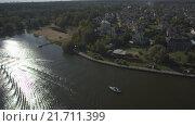 Купить «Дом в коттеджном поселке на берегу озера», видеоролик № 21711399, снято 24 августа 2019 г. (c) kinocopter / Фотобанк Лори