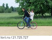 Oxford, United Kingdom, two guys on a bike (2012 год). Редакционное фото, агентство Caro Photoagency / Фотобанк Лори