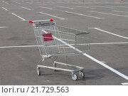 Пустая покупательская тележка стоит на парковке. Стоковое фото, фотограф Сергей Блинов / Фотобанк Лори