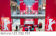 Купить «Berlin, Germany, advance sales of the Berlinale cinema tickets in the Potsdamer Platz Arcades», фото № 21732151, снято 3 февраля 2015 г. (c) Caro Photoagency / Фотобанк Лори