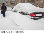 Засыпанная снегом машина стоит во дворе. Стоковое фото, фотограф Дмитрий Рухмалев / Фотобанк Лори