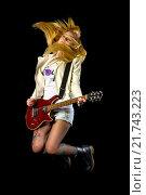 Купить «Молодая блондинка прыгает с электрической гитарой», фото № 21743223, снято 18 декабря 2015 г. (c) Стивен Жингель / Фотобанк Лори