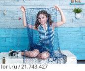 Девочка с сетью сидит на сундуке. Стоковое фото, фотограф Игорь Кошляев / Фотобанк Лори