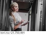 Купить «Молодая женщина-инженер в серверной комнате», фото № 21750491, снято 29 декабря 2015 г. (c) Mark Agnor / Фотобанк Лори