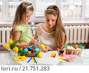 Купить «Children paint Easter eggs at home.», фото № 21751283, снято 2 апреля 2014 г. (c) Gennadiy Poznyakov / Фотобанк Лори