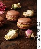 Шоколадное печенье макаруны и бутон розы. Стоковое фото, фотограф Наталья Майорова / Фотобанк Лори