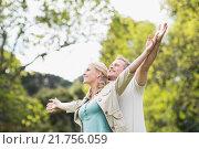 Cute couple raising arms. Стоковое фото, агентство Wavebreak Media / Фотобанк Лори