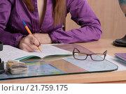 Учительница проверяет тетрадь ученика. Стоковое фото, фотограф Иванов Александр Сергеевич / Фотобанк Лори