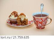 Капкейки и чашка чая. Стоковое фото, фотограф Игорь Кошляев / Фотобанк Лори