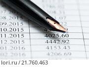 Купить «Ручка лежит на графике платежей кредитного договора крупным планом», эксклюзивное фото № 21760463, снято 8 февраля 2016 г. (c) Игорь Низов / Фотобанк Лори